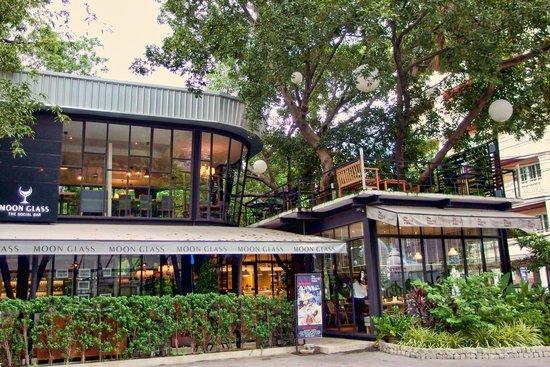 ร้านอาหารชื่อดังในย่านสุขุมวิทกับร้าน Baan Khanitha Moon Glass มาพร้อมคูปอง ส่วนลด LINE MAN  100 บาท